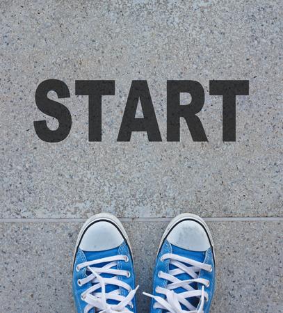 歩道に立っている靴のペア 写真素材