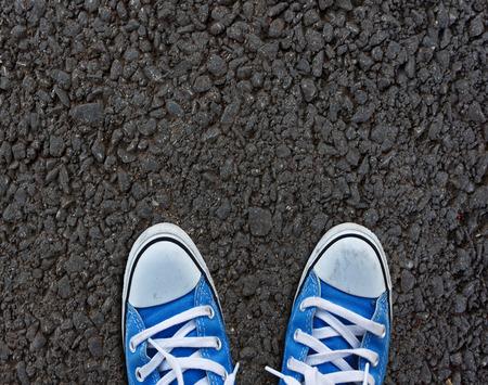 Paar schoenen staande op loopbrug