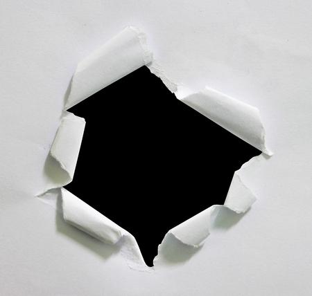 Gat geript in papier op zwart