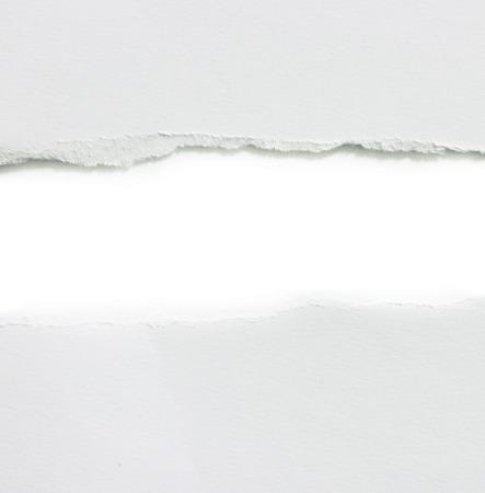 Papel rasgado, aislado en fondo blanco.