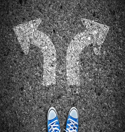 Paar voeten staande op de weg met witte pijlen