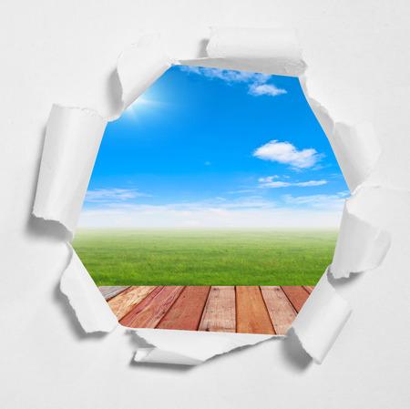 penetracion: agujero en papel con el fondo del cielo en el interior