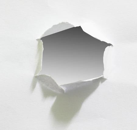 Gat in het vel papier, het knippen weg. Stockfoto