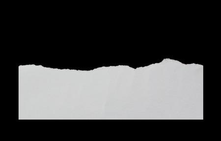 黒い背景に破れた紙片