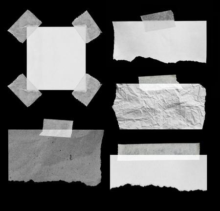 Stuk van gescheurd papier op zwart. Exemplaar ruimte Stockfoto