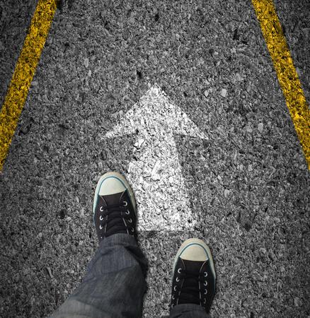 立っている黒い靴