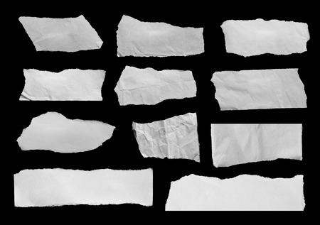 Stuk gescheurd papier op zwart. Ruimte kopiëren Stockfoto