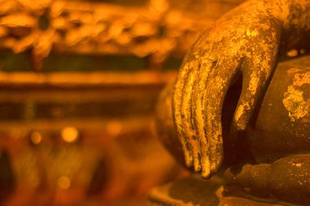Bhuddha-Statuenhand in Wat Phra That Sri Chom Tong, Chiang Mai, Thailand Standard-Bild - 81404345