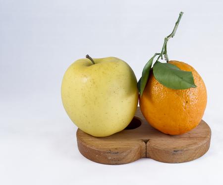 pomme jaune: pomme jaune et orange sur le soutien de pot Banque d'images