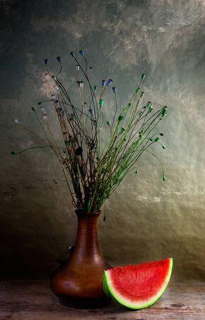 florero: Naturaleza muerta con mel�n y amapolas marchito en florero  Foto de archivo