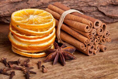Des tranches de orange séchée avec de la cannelle clous de girofle et anis