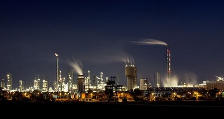 bedrijfshal: Chemische fabriek in Ludwigshafen Duitsland nachts