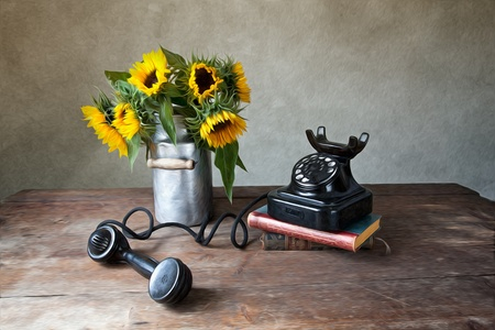 ひまわりと油絵風のアンティーク黒電話静物イラスト 写真素材