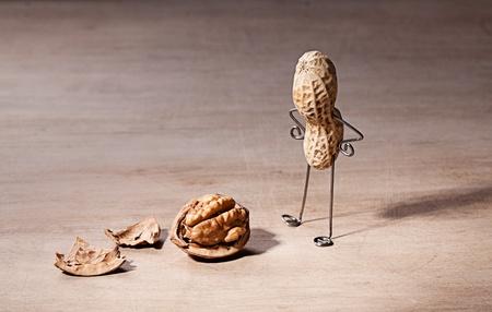 tinkered: El hombre en miniatura con cerebro de man� y nuez Foto de archivo