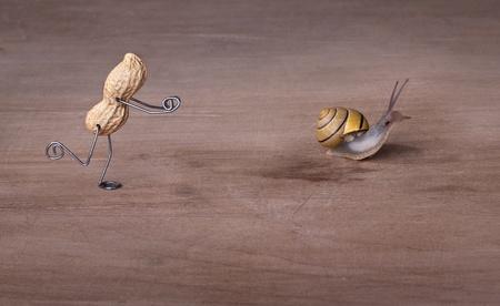 tinkered: El hombre en miniatura con man� tratando de atrapar un caracol