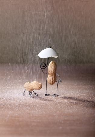 cacahuate: En miniatura con el hombre de man� y el perro bajo el paraguas