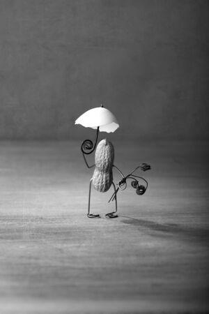tinkered: El hombre en miniatura con man� dar un paseo con sombrilla Foto de archivo
