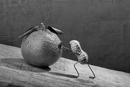 tinkered: El hombre en miniatura con man� empujando naranja pesada encima de la colina, Concepto S�sifo