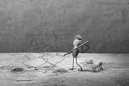 tinkered: En miniatura con la gente de man� en el bosque para talar un �rbol de Navidad