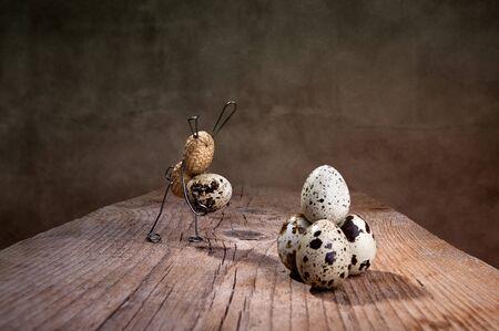 tinkered: Peanut Easter Bunnies preparar huevos con algunos peque�os contratiempos Foto de archivo