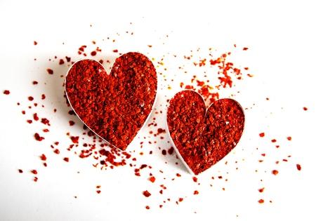 pimientos: Dos corazones llenos de tierra roja copos de chile