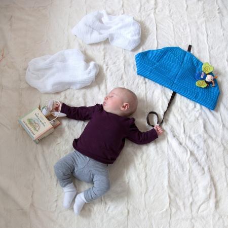 布の傘で飛んで生後 4 ヶ月の赤ちゃん女の子