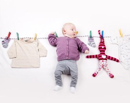 ランドリー ライン上に飾られている生後 4 ヶ月の女の赤ちゃん