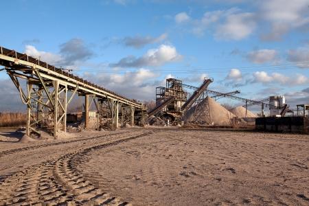 cinta transportadora: La miner�a a cielo abierto y la planta de procesamiento de piedra triturada, arena y grava que se utilizar� en las carreteras y la industria de la construcci�n Editorial