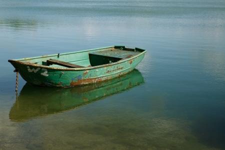 lagos: Vista sobre lago espejo tranquilo con botes de remos de edad en un d�a soleado de verano Foto de archivo