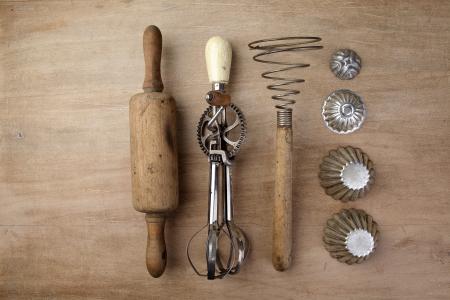 cozimento: Pino do rolo de madeira velho do vintage com misturador de manivela e batedor de ovos