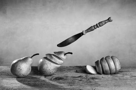 daremny: Åšwieże Gruszki Å›cigani i pokroić na plastry nożem latania Zdjęcie Seryjne