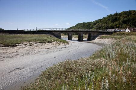 ebb: Most przez rzekę w czasie pływów w Bretanii we Francji przypływy Zdjęcie Seryjne