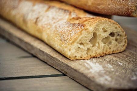 frans brood: Witte Franse brood op houten plank