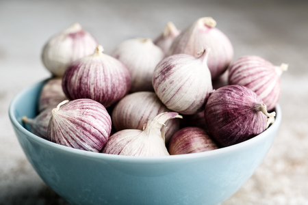 Whole Bulbs of Chinese Garlic in blue bowl 写真素材