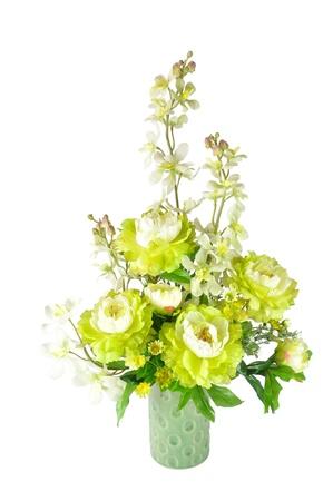 arreglo floral: Arreglo de flores artificiales de colores sobre fondo blanco Foto de archivo