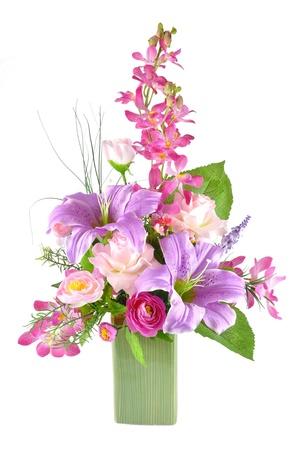 arreglo de flores: Arreglo colorido de flores artificiales en el fondo blanco