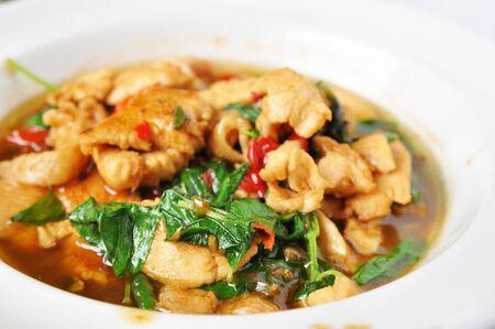 santa cena: mezcle el pollo frito con albahaca (la comida picante tailandesa)