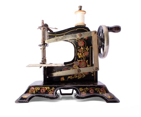 maquina de coser: M�quina de coser antigua en blanco aislado