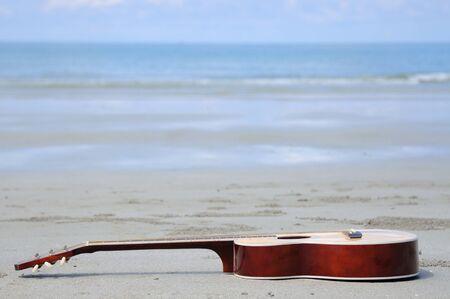 gitara: Gitara na plaży. Zdjęcie Seryjne