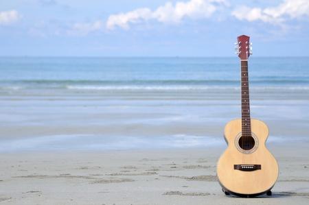 Gitaar op het strand. Stockfoto