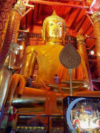 changing clothes: El principal nombre de la estatua de Buda Phra-trai-ratana-nayoke en Wat-Phananchoeng Tailandia durante el procedimiento de cambio de ropa cuando la temporada ha cambiado.
