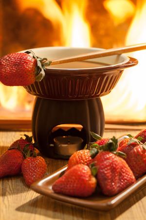 frutilla: Fondue de chocolate con horno en mesa de madera