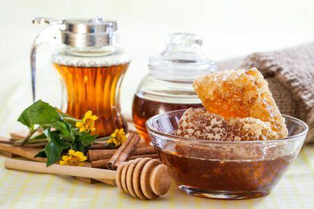 Panal y cazo de madera de la miel