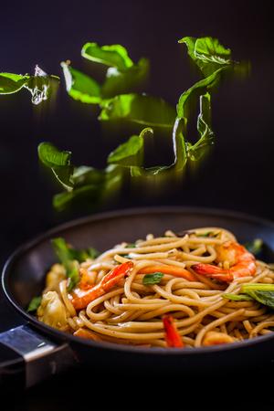 Spaghetti frutti di mare con peperoncino e basilico