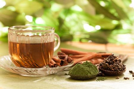 taza de te: El t� verde y una cuchara de hojas secas de t� verde