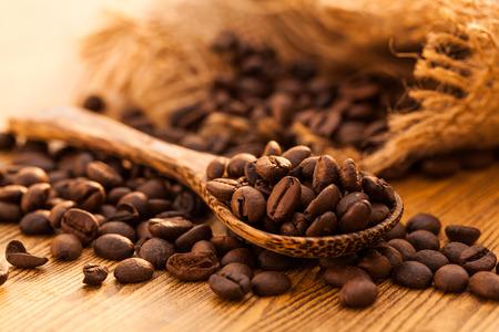 frijoles: Granos de caf� en la cuchara