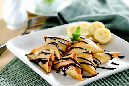 チョコレート ソース添え揚げバナナのサモサ