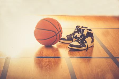 농구 코트 공과 신발 스톡 콘텐츠