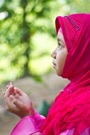 petite fille musulmane: Petite fille musulmane prier Banque d'images