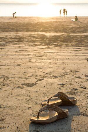 sandalias: sandalias de la muchacha en la playa